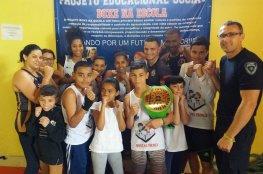 Jovem do projeto Boxe na Escola traz cinturão de campeão para Florianópolis